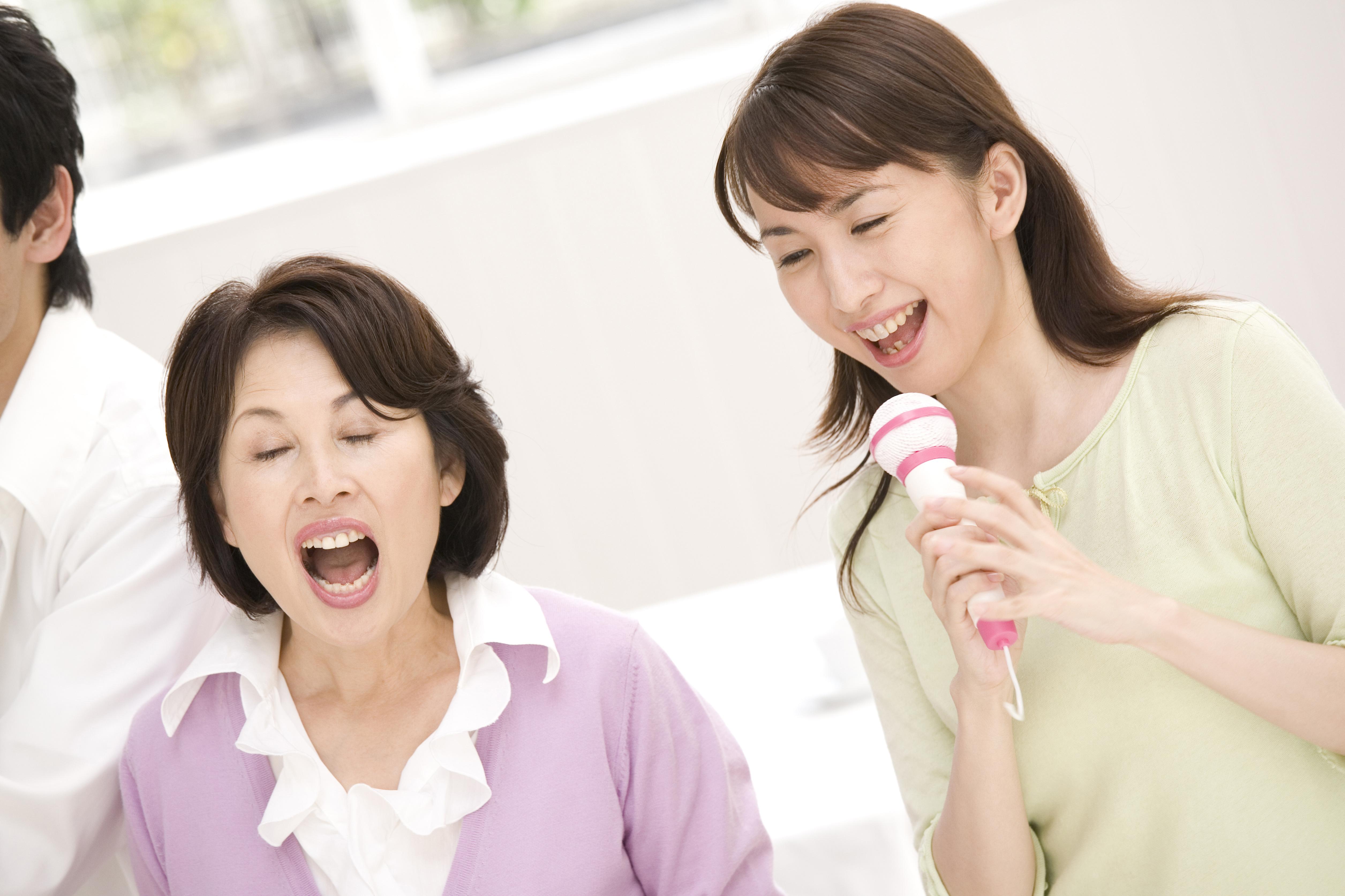 歌を歌う母娘